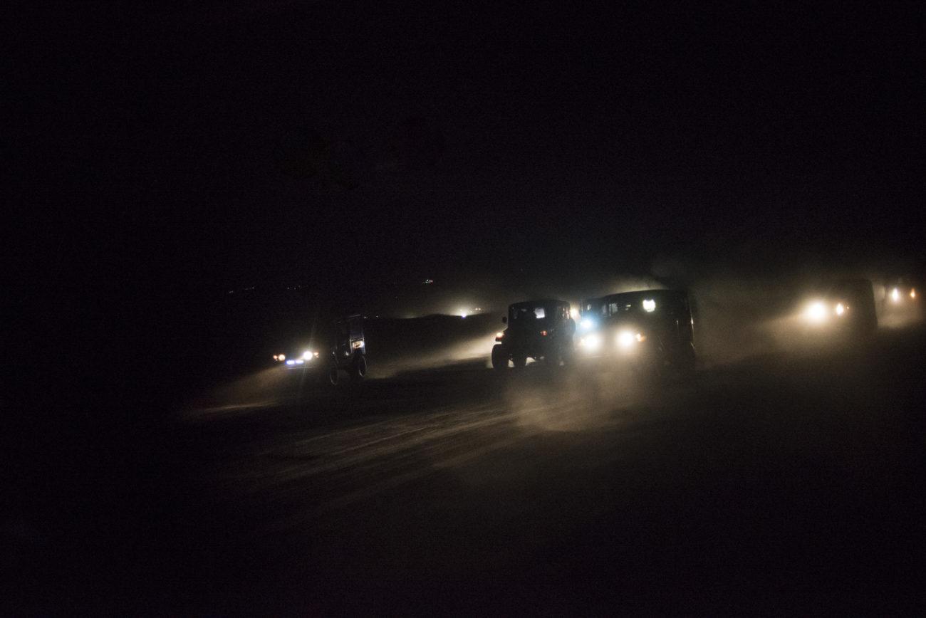 jeep chemin de terre la nuit